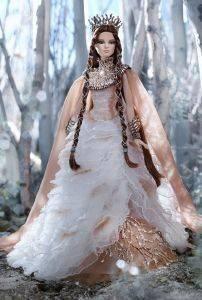 ΣΥΛΛΕΚΤΙΚΗ ΒΑRBIE ΒΑΣΙΛΙΣΣΑ ΤΟΥ ΧΙΟΝΙΟΥ Συλλεκτική κούκλα Barbie Βασίλισσα του χιονιού  Λευκό μακρύ φόρεμα με τούλι και χρυσές λεπτομέρειες Μία που δεν πρέπει να λείπει από τη συλλογή σας Πε